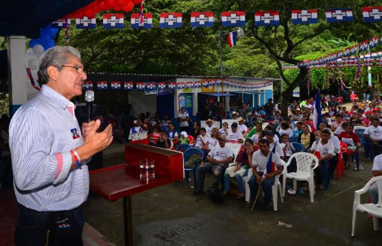 Norman Quijano viajó ayer hasta San Fernando, en Chalatenango, donde se reunión con vecinos. Foto EDH / Omar Carbonero