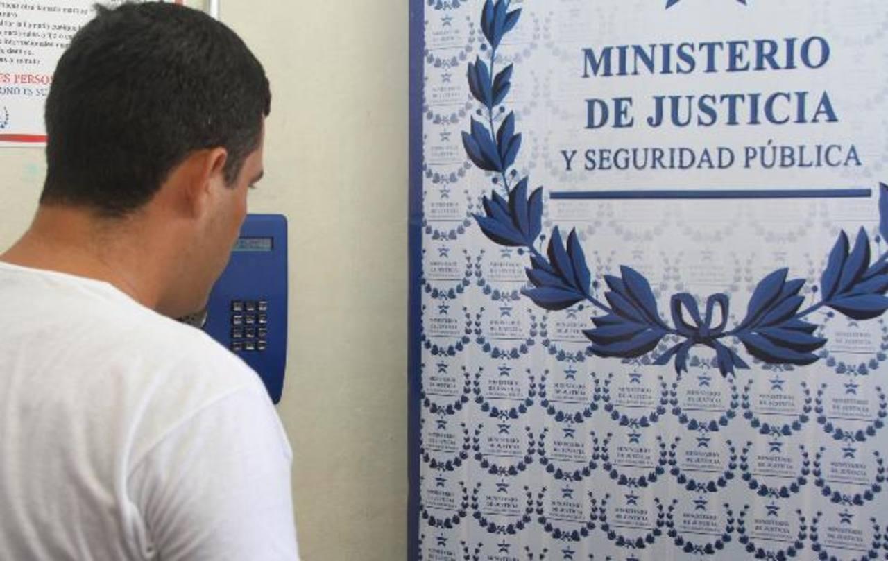 Las autoridades de Seguridad y Centros Penales autorizaron ayer telefonía pública en el penal de Jucuapa. Foto EDH / F. Torres