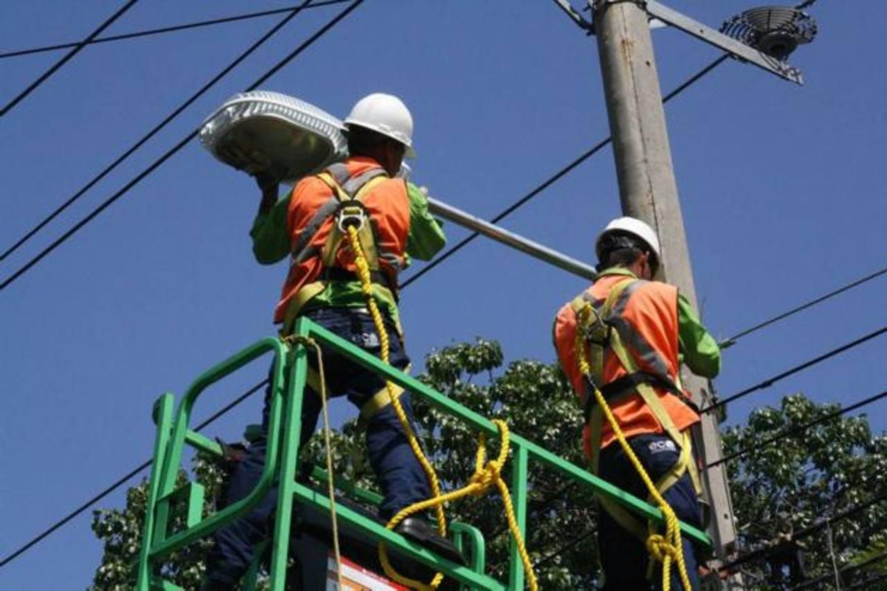 La comuna espera que en un mes se hayan instalado las 10 mil lámparas. Foto EDH / Cortesía