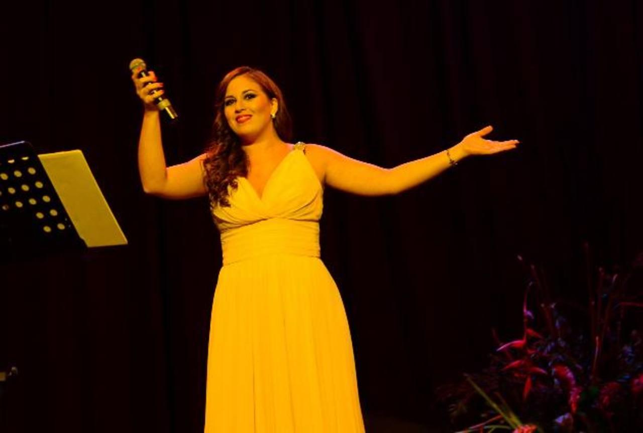 Rocío Cáceres cautivó a los asistentes. Después hizo dueto con su esposo: Alejandro Bernal. Foto EDH / René Estrada.