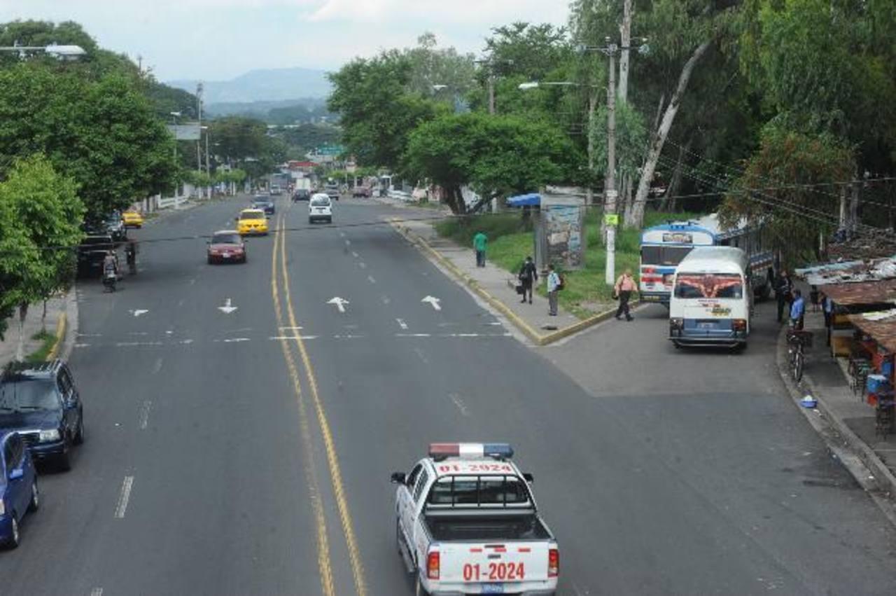 El bulevar Tutunichapa es una de las vías alternas que propone el VMT mientras se efectúan los trabajos del Sitramss en Alameda la Juan Pablo II. Foto EDH / Lissette monterrosa
