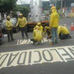 Empleados del MOP señalizan las rutas alternas. Foto vía Twitter Nidia Hernández