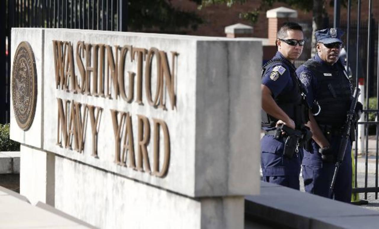 Agentes custodian la entrada del Mando de Operaciones de la Marina, Washington, donde fueron asesinadas 12 personas.