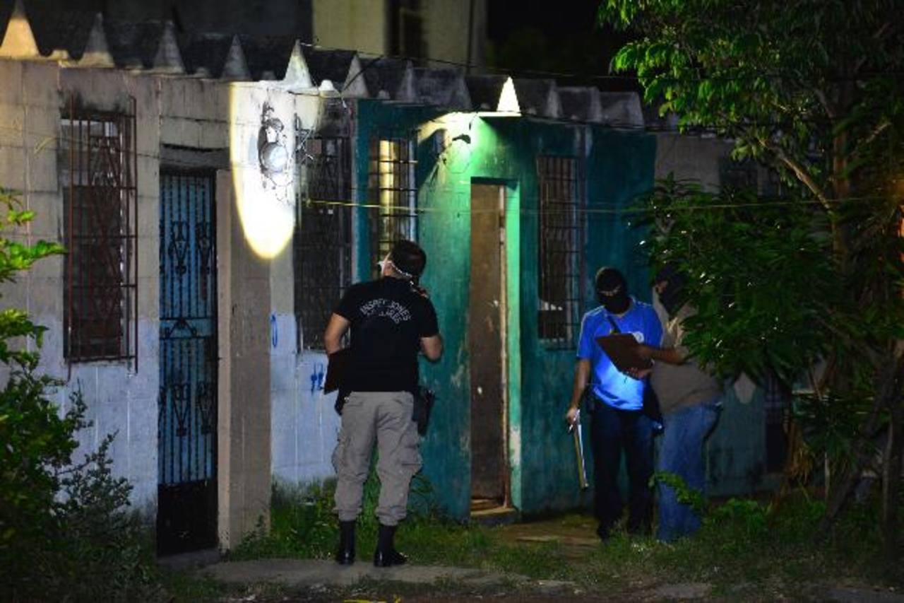 Un supuesto pandillero murió ayer tarde al atacar a policías en la colonia Jardines de Selsutt, en Ilopango. Foto EDH / César Avilés.