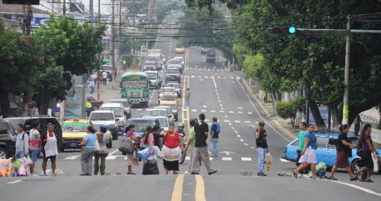 Los vendedores insisten en regresar a la Calle Arce, y para ello han presionado con el cierre de algunas calles y la quema de llantas. Foto EDH / Claudia castillo