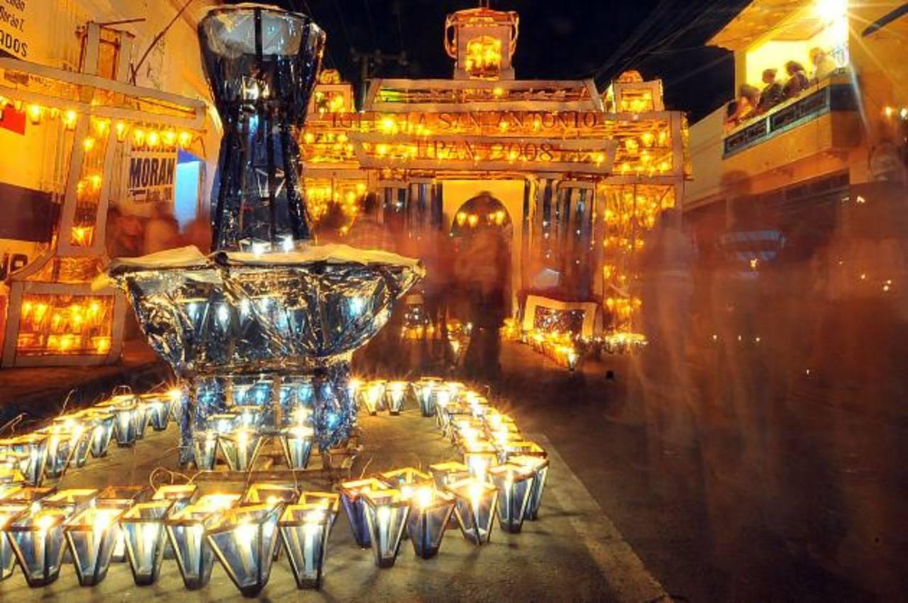 Las estructuras de madera son adornadas con papel celofán. En su interior son colocadas candelas que al encenderlas dejan a la vista hermosos diseños. Fotos EDH / Archivo