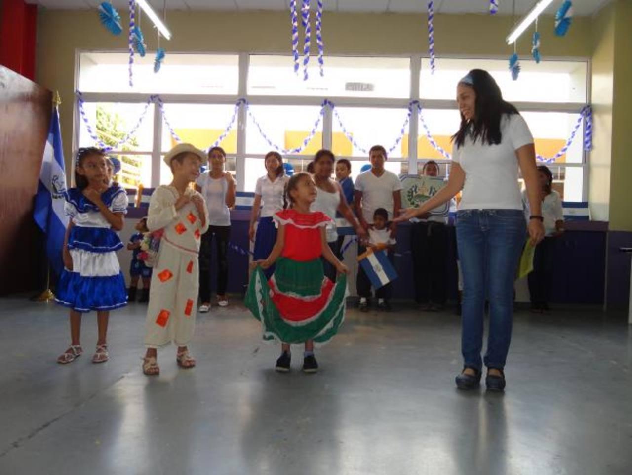 Los niños del taller de arte de la fundación realizaron una danza durante la inauguración de estas actividades en honor a la independencia de El Salvador. Foto EDH /cortesía