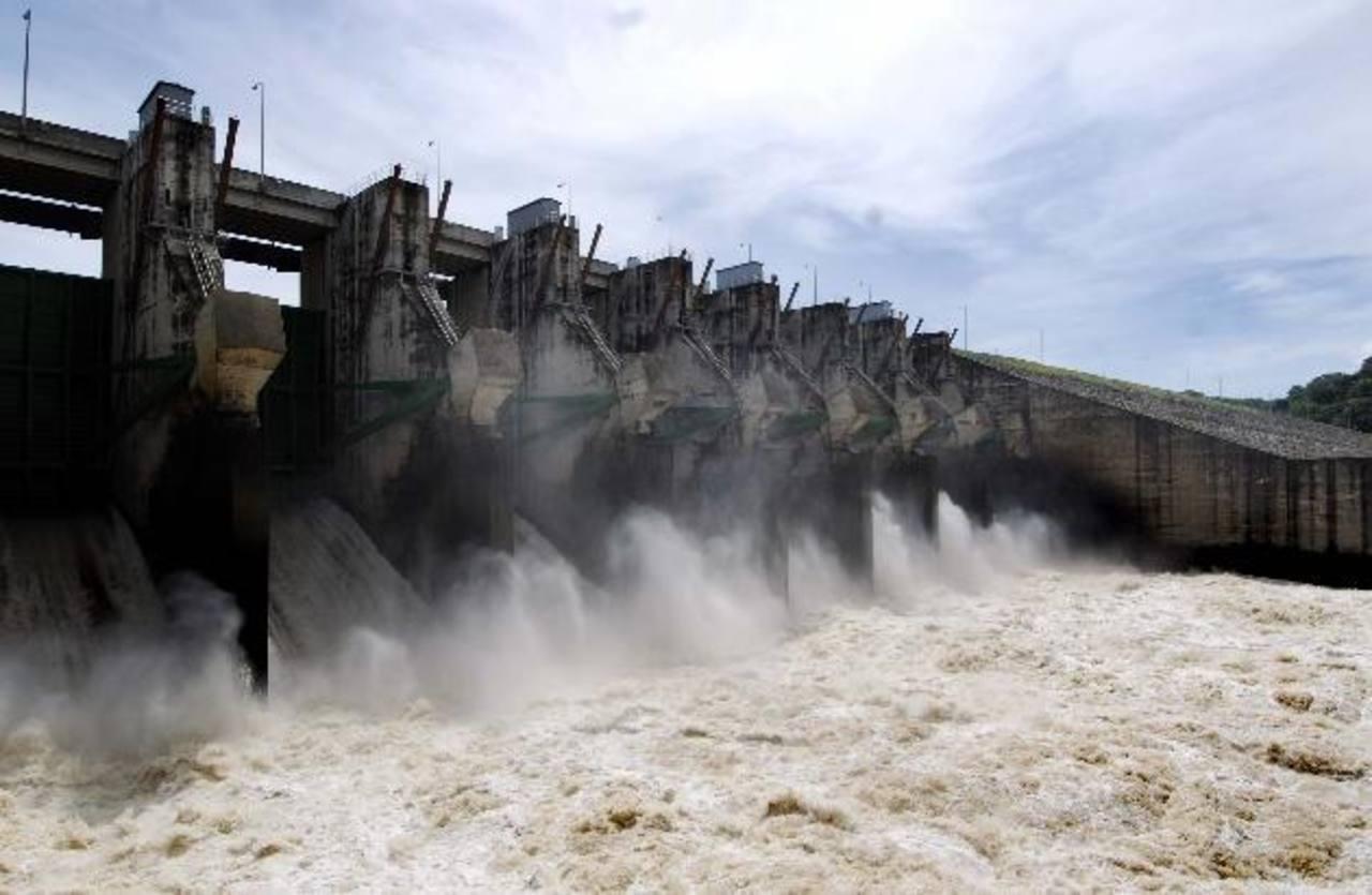 La generación de energía a través de mecanismos hidroeléctricos reduce la dependencia del petróleo. FOTO EDH / ARCHIVO