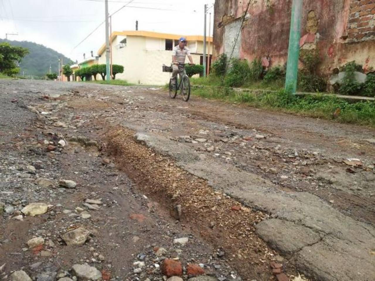 El mal estado de las calles de la colonia Santa Marina es solo uno de los problemas que enfrentan los habitantes de esta zona. Foto EDH / Milton Jaco