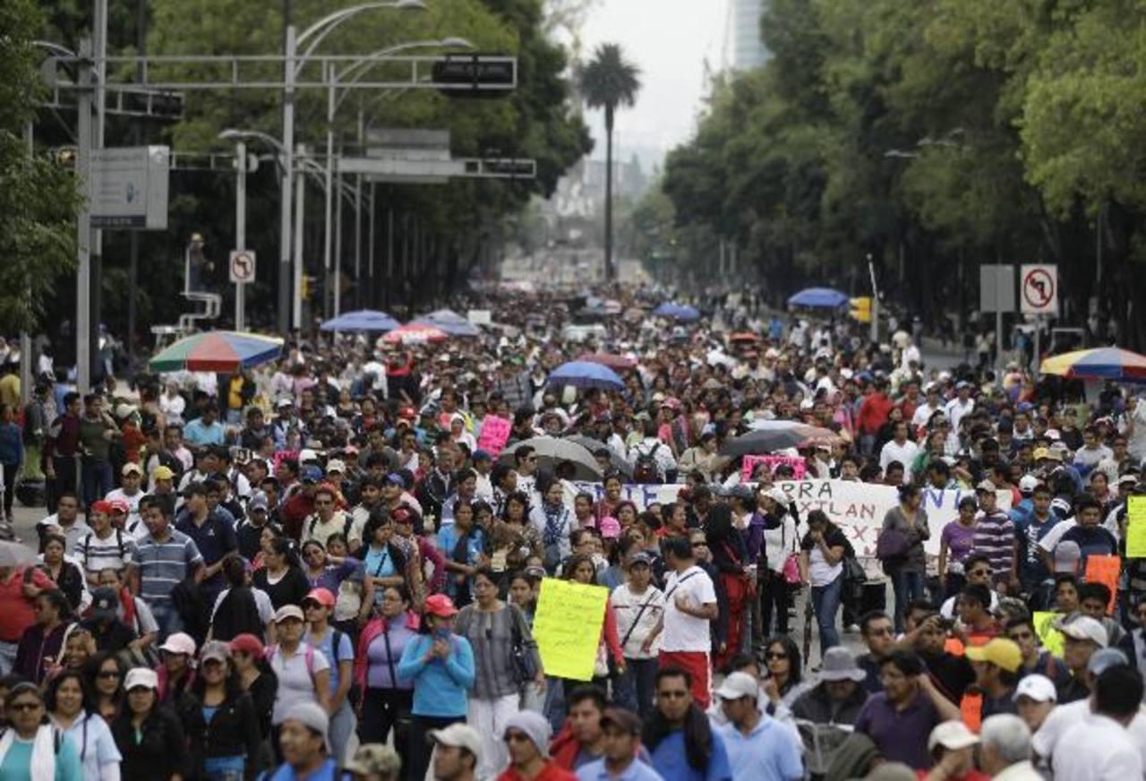 Decenas de maestros marcharon ayer en la ciudad mexicana contra la ratificación de la reforma educativa.