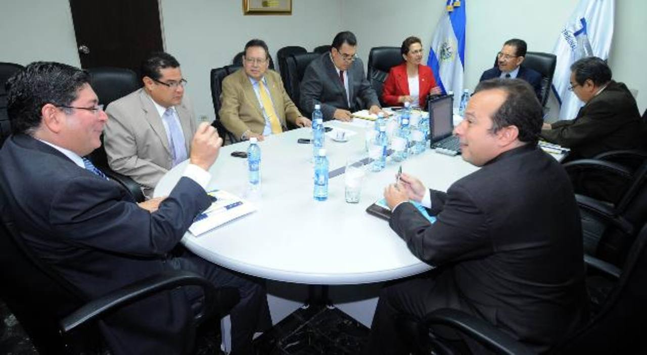 A solicitud de ARENA, los magistrados del TSE podrían decidir hoy sobre el futuro de Walter Araujo en el proceso eleccionario de 2014. Foto edh /