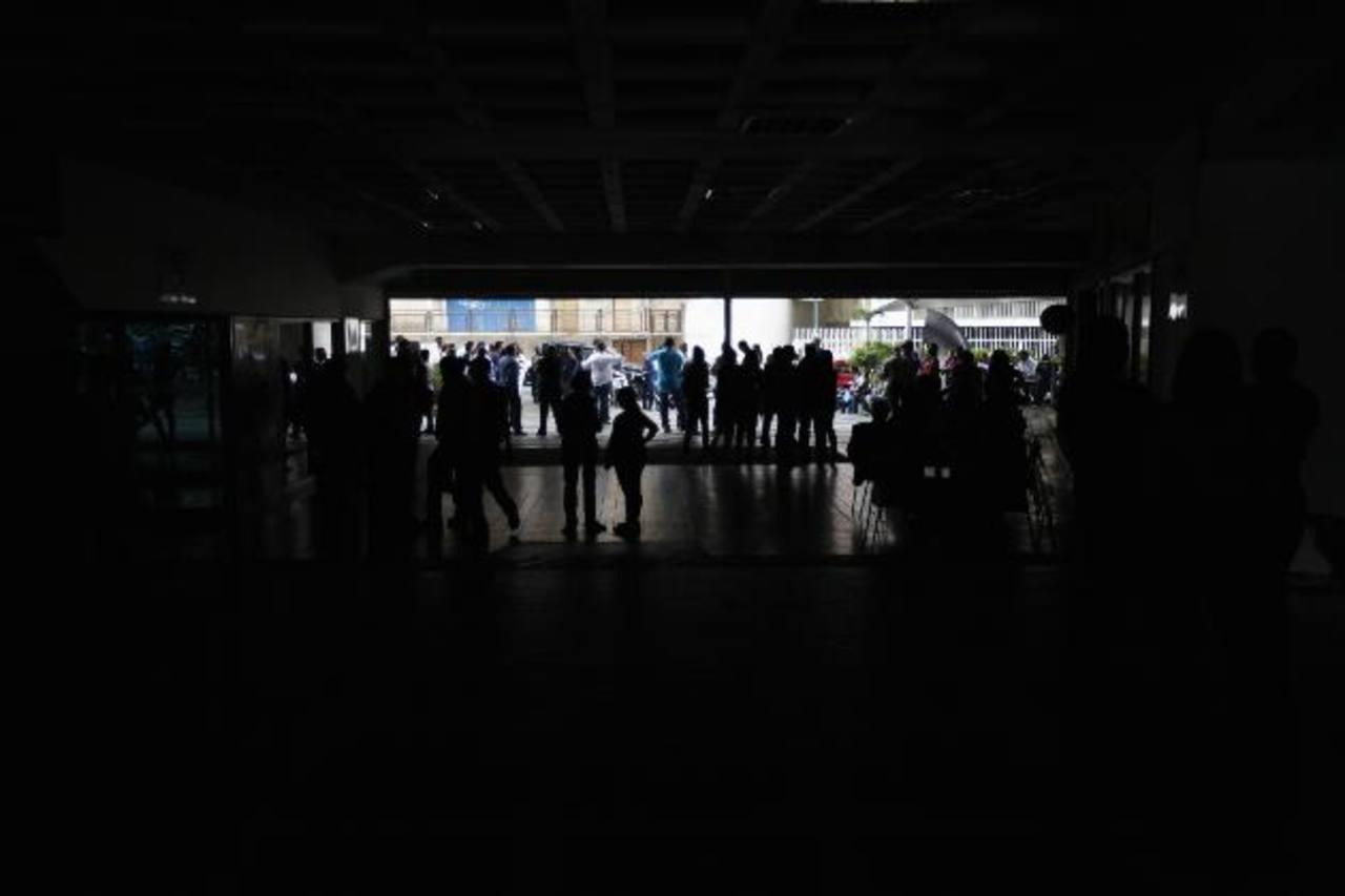 La falla dejó sin luz varias zonas de la capital. En la imagen un centro comercial. Foto EDH / REUTERS
