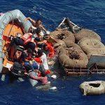 Miembros de la guardia costera de EE. UU. rescatan a unos balseros. foto edh