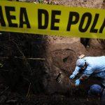 El arqueólogo de la Fiscalía Israel Ticas trabaja en la exhumación de cadáveres en el cantón El Cobanal, Colón, La Libertad.