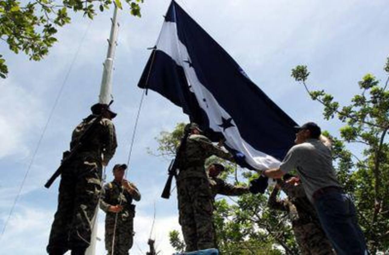 Militares izaron la bandera hondureña en la Isla Conejo, el 1 de septiembre. Foto tomada de El Heraldo de Honduras