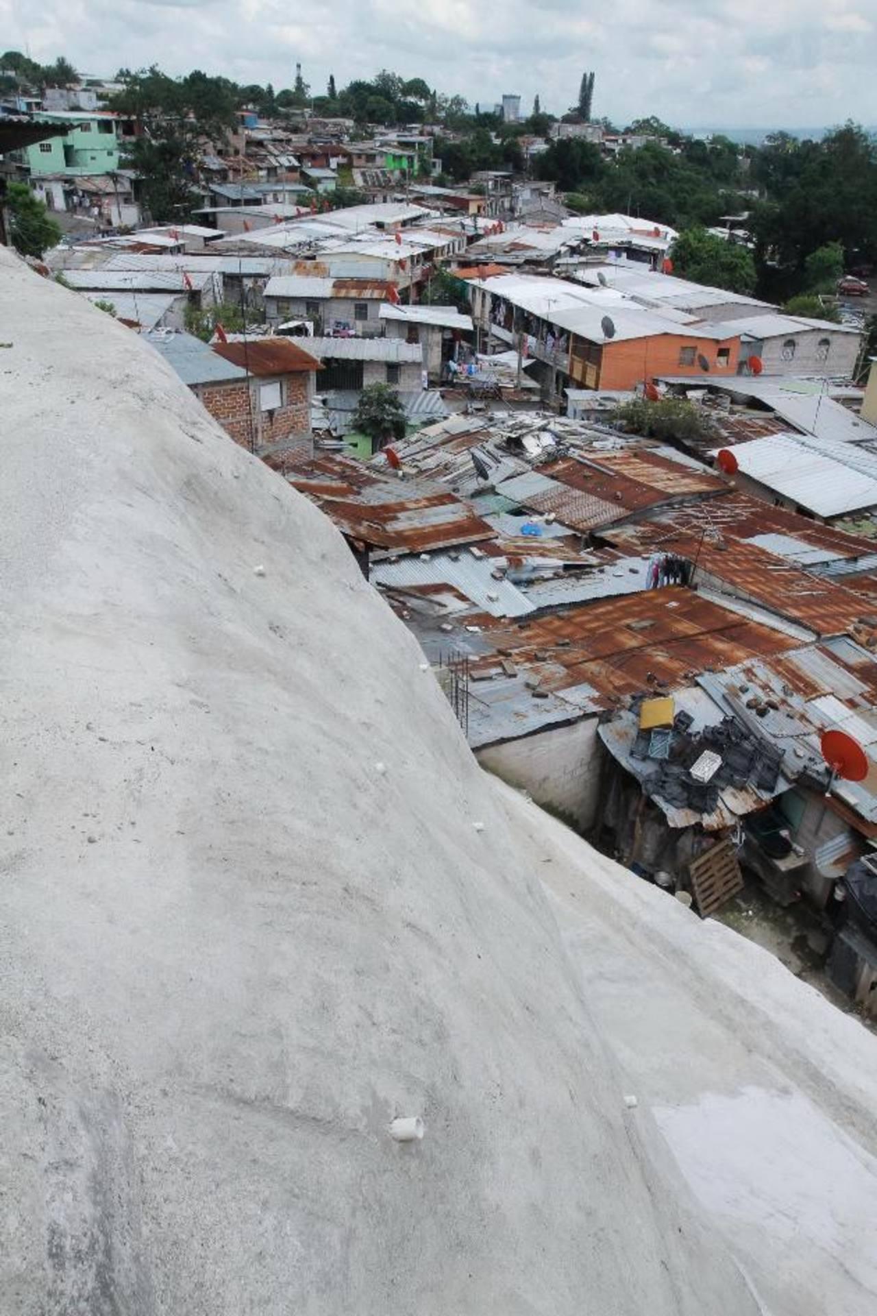 El talud mide 20 metros de alto y fue repellado para salvaguardar la vida de las personas. Foto EDH/cortesíaGloria de Oñate escuchó a los residentes de la comunidad Las Palmas, quienes agradecieron la obra. Foto EDH/ CORTESÍA