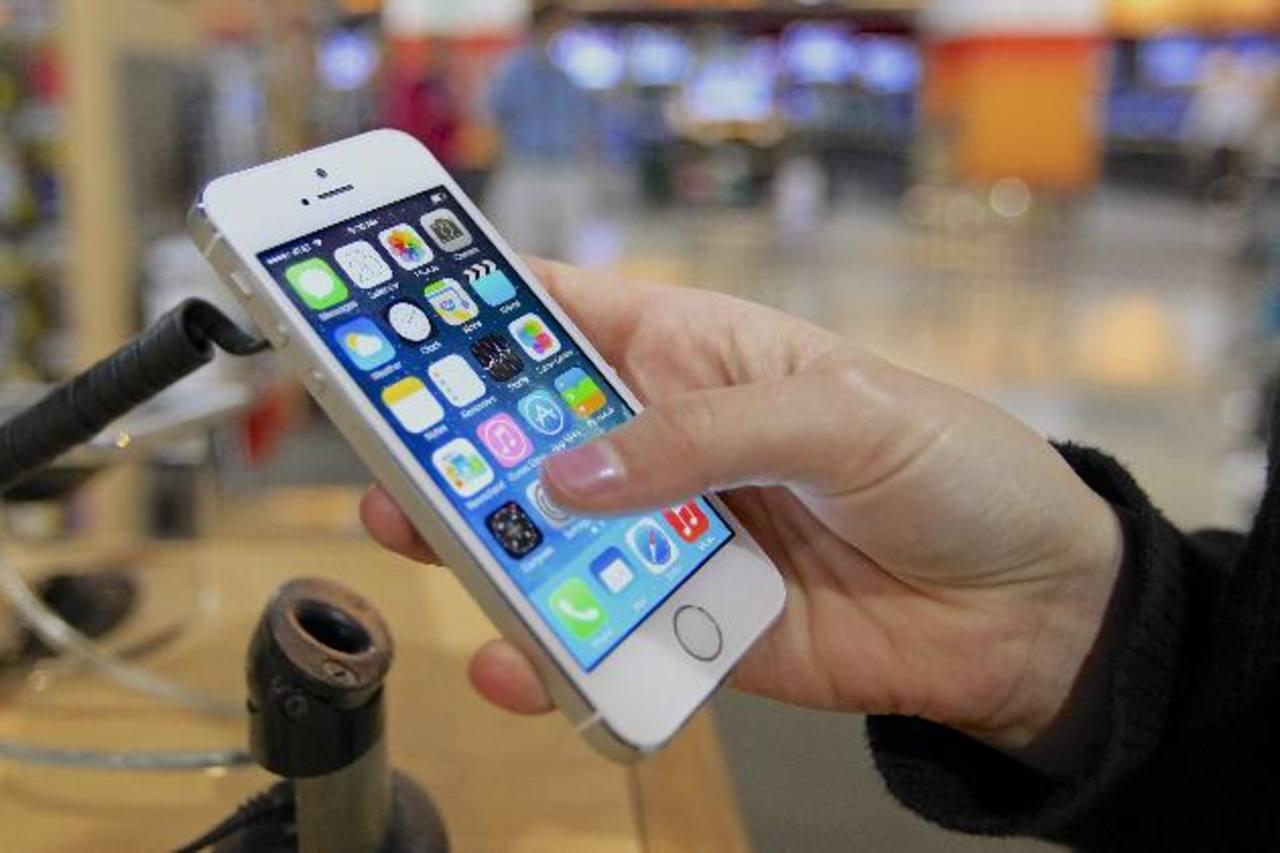 El viernes, se formaron largas filas fuera de las tiendas en Tokio, Nueva York, San Francisco y otras ciudades, en busca del nuevo último modelo 5s de Apple y la versión más económica 5. Foto/ Archivo