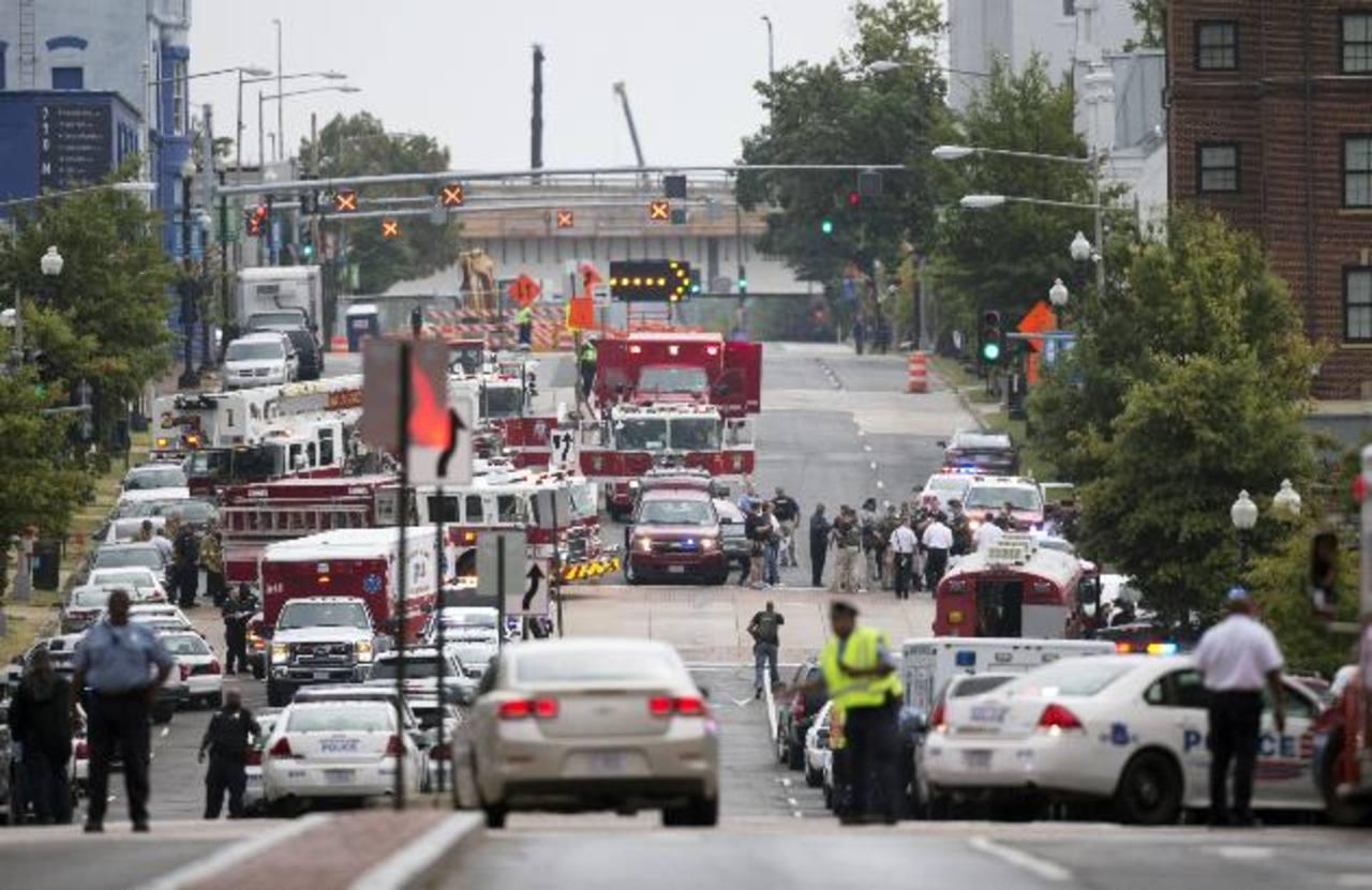 Policías y personal de emergencia llegó al sitio del tiroteo en Washington. Foto/ AP