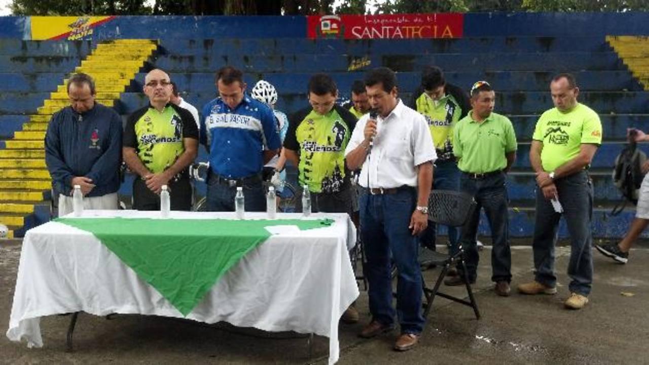 Un grupo de ciclistas se reunió ayer en el parque Cafetalón, en Santa Tecla, para pedir que la muerte de Eduardo Belloso no quede impune. Los presentes elevaron una oración en memoria de la víctima. Foto EDH / Diana Escalante