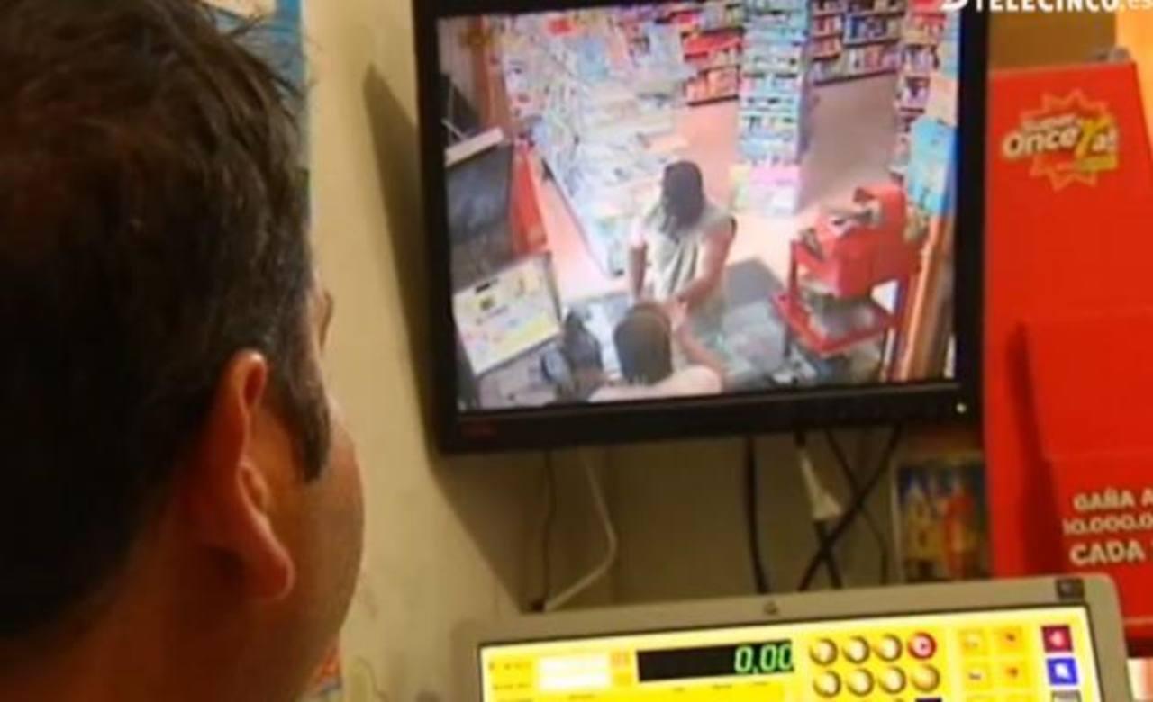 Video: Empleada regatea con atracador, logró rebaja en botín