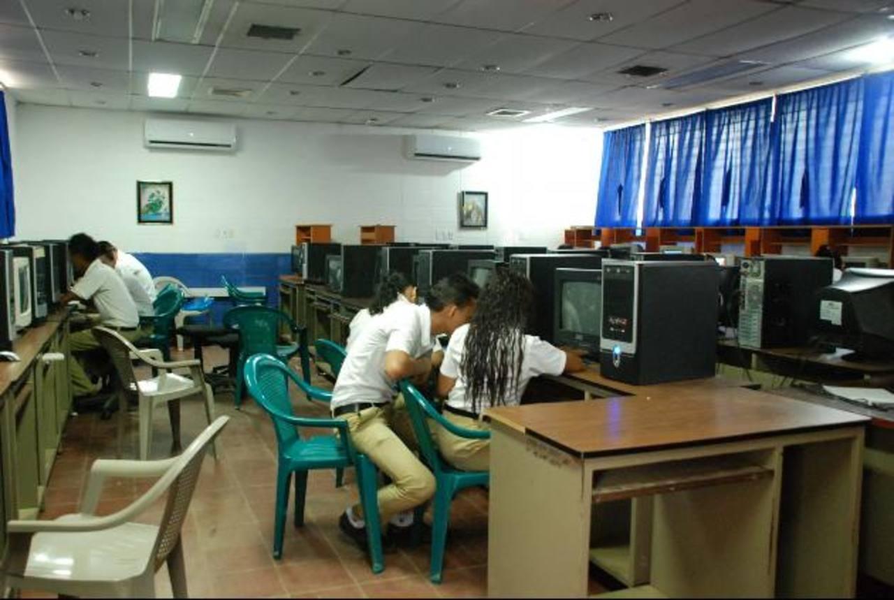 Los estudiantes de la institución se verán afectados con el robo de las computadoras portátiles. foto edh / Lucinda Quintanilla
