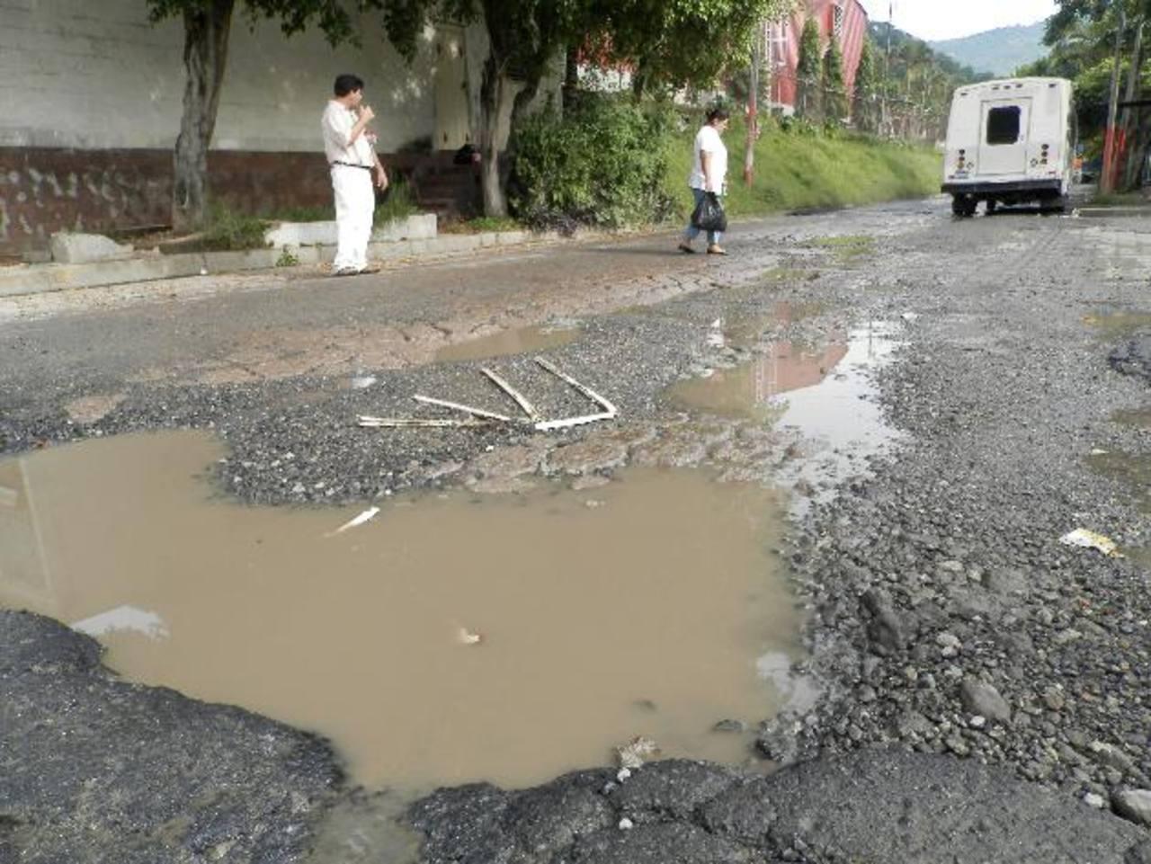 El paso de vehículos pesados por el lugar genera más problemas a la calle. Foto EDH/ milton jaCO