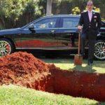 """Millonario entierra su lujoso auto para usarlo """"del otro lado"""""""
