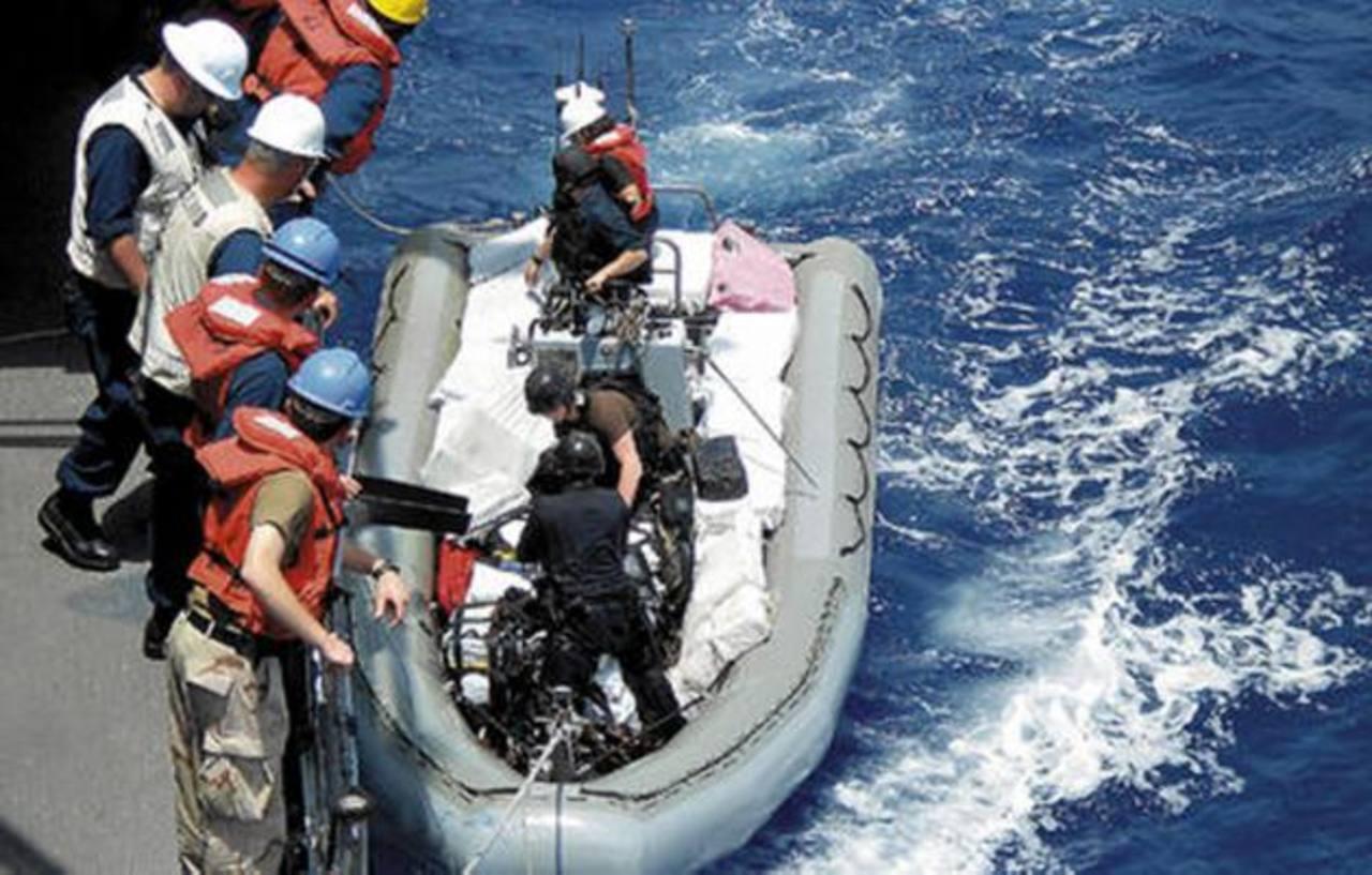 La Fuerza Naval vigila la lancha utilizada por los narcotraficantes hondureños.