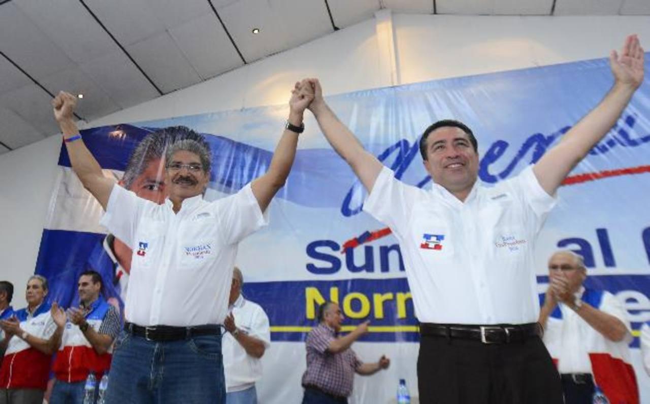 Norman Quijano y René Portillo Cuadra alzan sus brazos luego de ser ratificados como candidato a la presidencia y vicepresidencia por ARENA, respectivamente. Foto EDH / Marvin Recinos