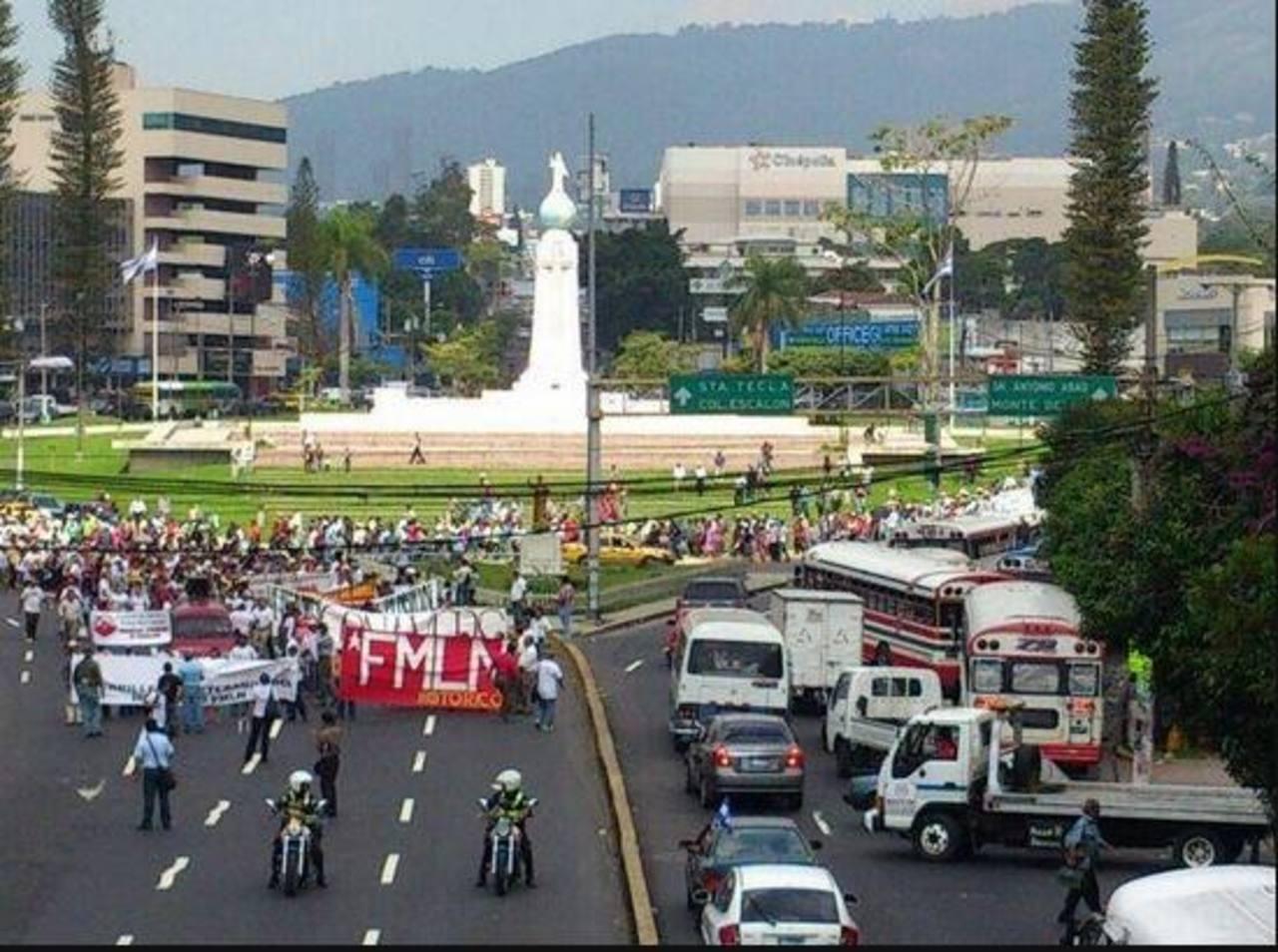 Excombatientes iniciando la marcha desde la Plaza Salvador del Mundo