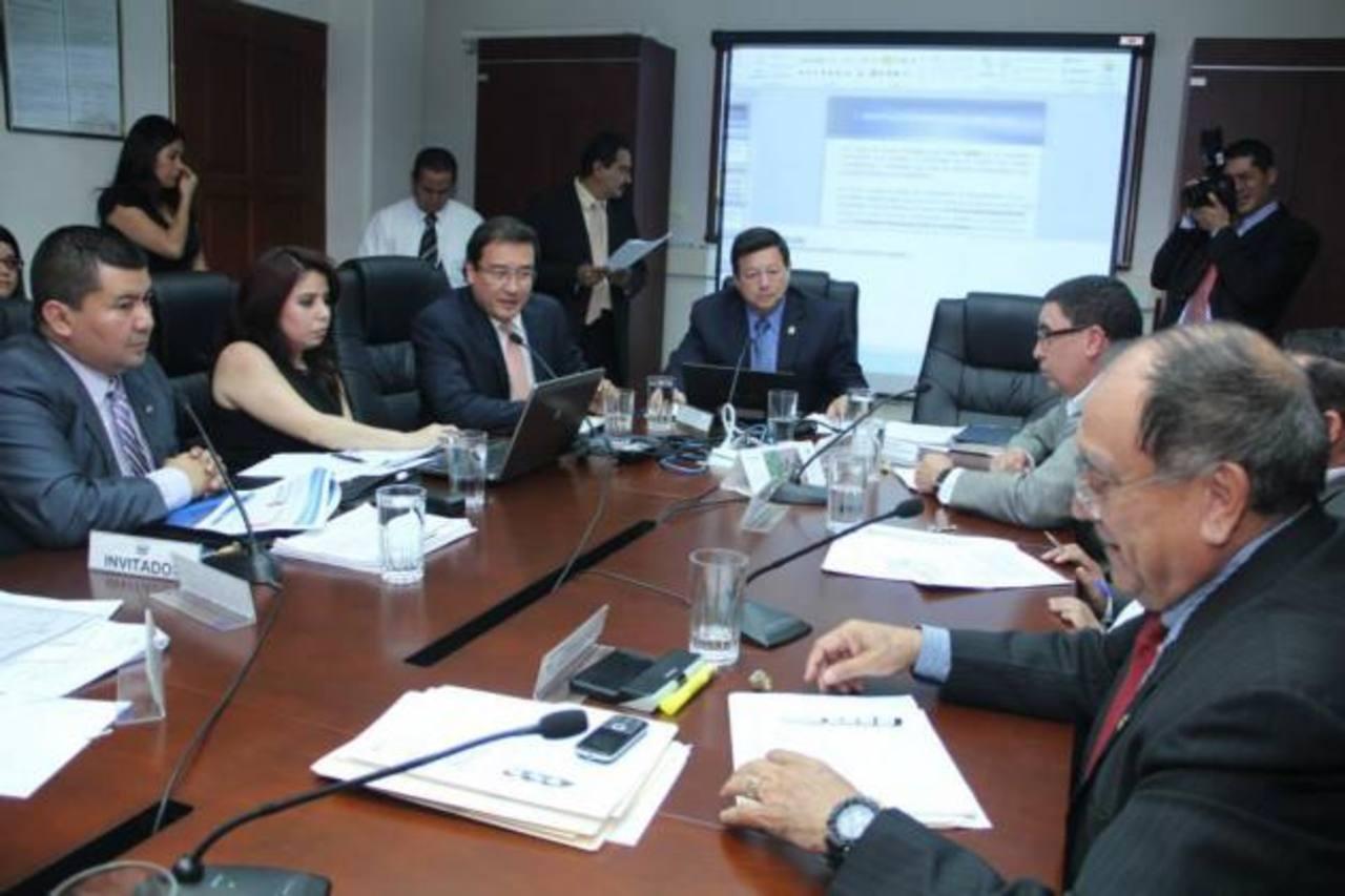 El Fiscal General, Luis Martínez, acudió ayer ante los diputados de la comisión de Justicia y Seguridad. Foto EDH / Jorge reyes