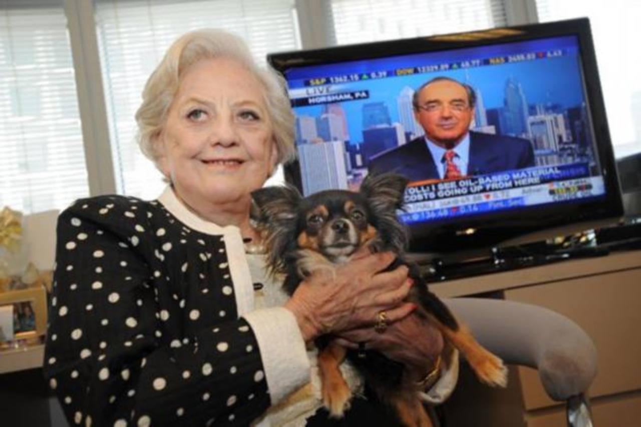 Primera mujer en la Bolsa de NY deja herencia de $100 mil a sus perros