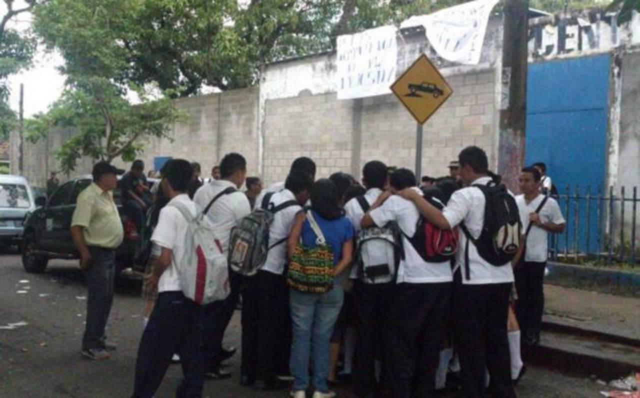 Un grupo de estudiantes impidió el ingreso de la comunidad educativa del centro escolar José Simeón Cañas. Foto vía Twitter Ángela Castro