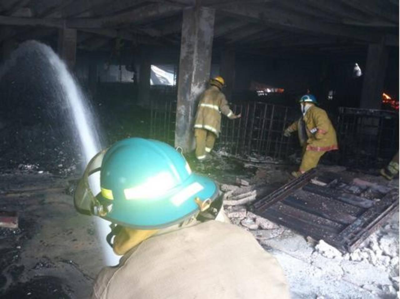 Bomberos trabajando para sofocar las llamas