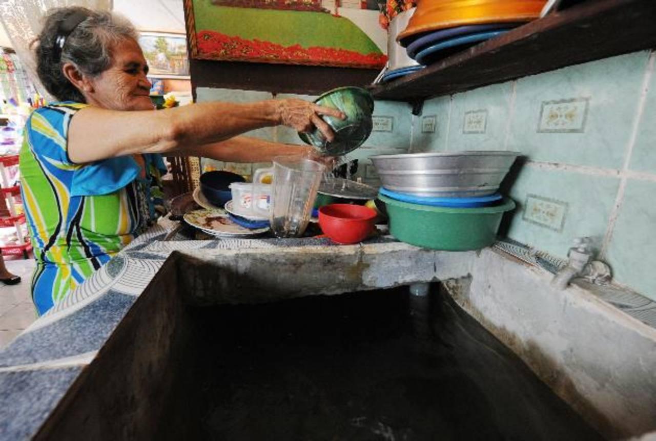 Los pobladores de la colonia San Sebastián II, en Apopa, tienen más de ocho días de no contar con el servicio regular de agua. foto edh /ericka chavez