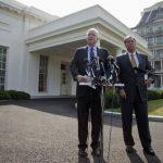 Los republicanos John McCain y Lindsey Graham (d) se reunieron con el presidente Barack Obama, en un esfuerzo por diseñar un plan para sacar del poder al régimen sirio. foto edh / AP