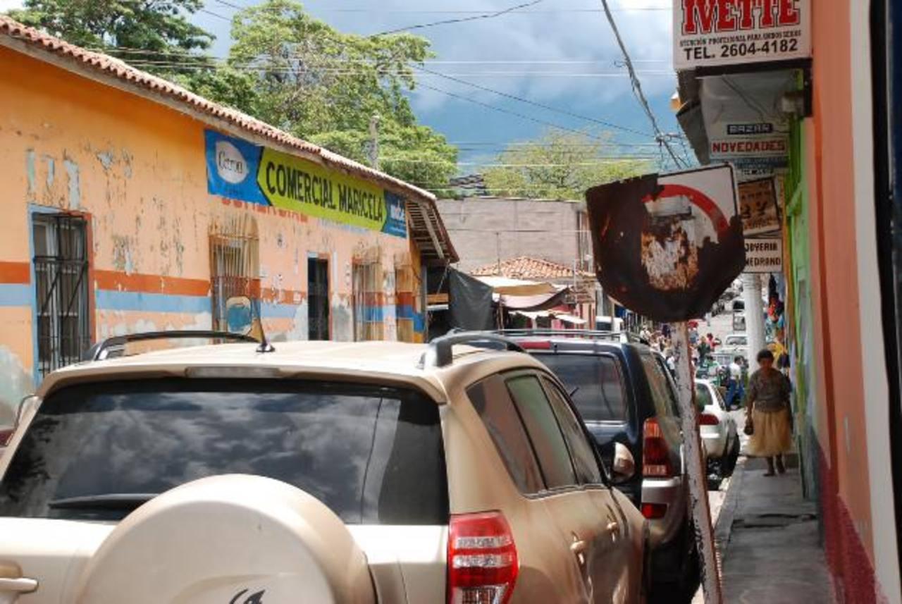 Las señales verticales de la cabecera están deterioradas, según la queja de los ciudadanos. foto edh / insy mendoza