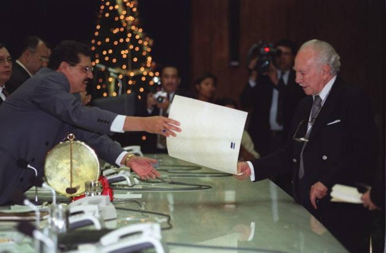Alfredo Betancourt recibiendo en la Asamblea Legislativa el galardón de hijo meritísimo en diciembre del año 2000. Foto EDH / Archivo
