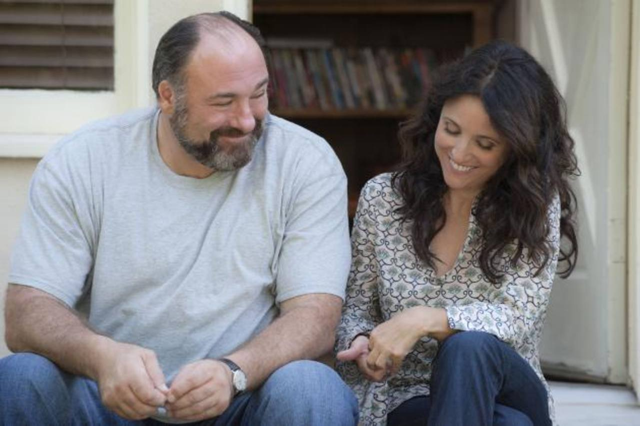 "Los actores James Gandolfini y Julia Louis-Dreyfus en una escena de ""Enough Said""."