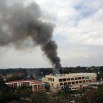Una enorme columna d3 humo emerge del centro comercial Westgate en Nairobi. Foto/ AP