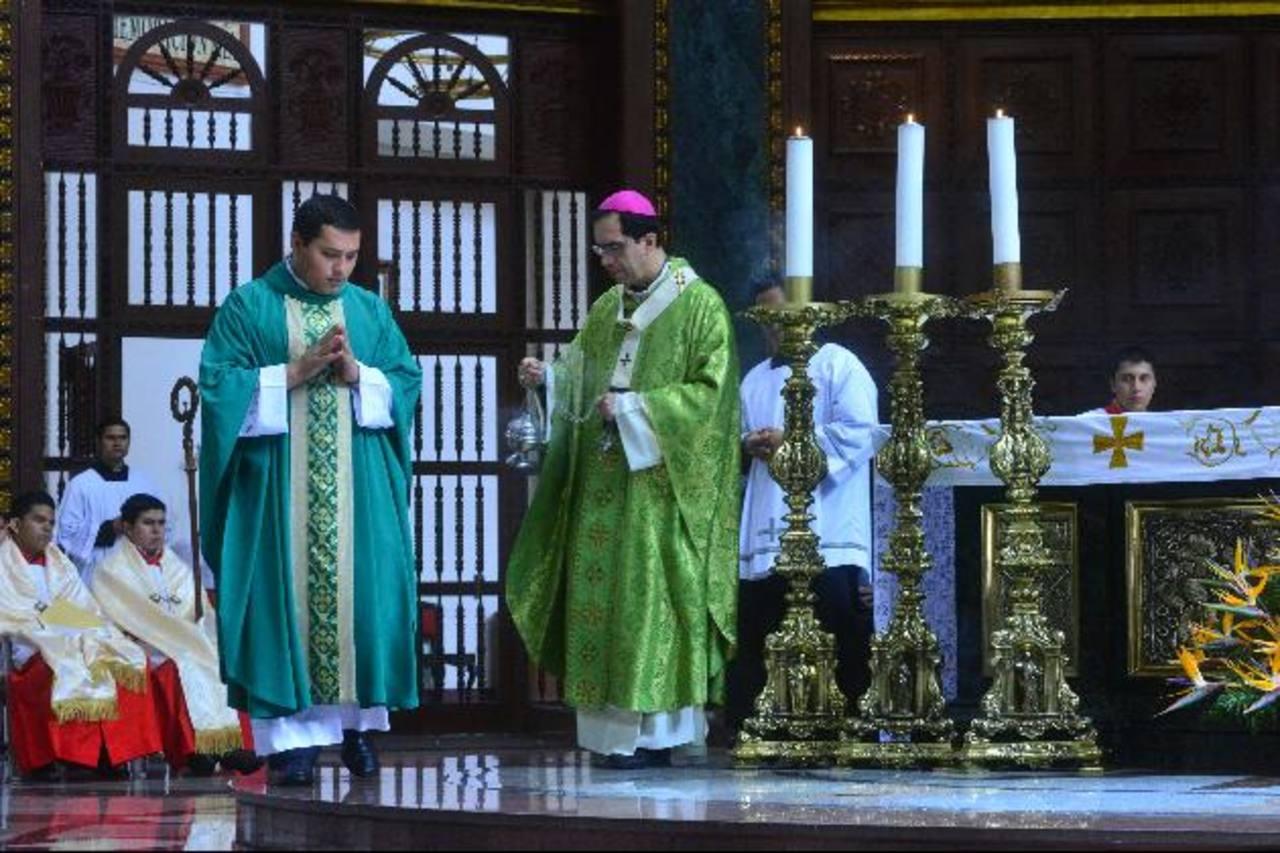 Monseñor José Luis Escobar Alas exhortó a los funcionarios a cumplir la ley como debe ser para que los ciudadanos sepan cómo se maneja el dinero público. foto edh / césar áviles
