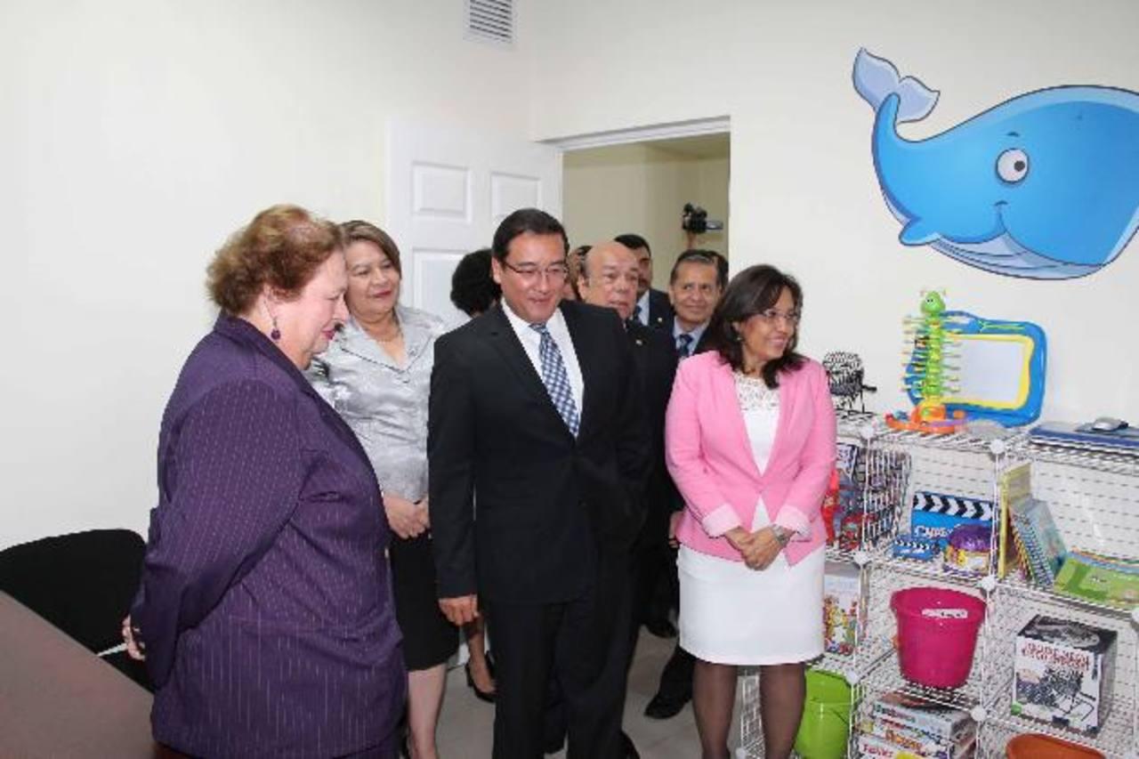 Fiscal General, Luis Martínez, y la embajadora de EE.UU., Mari Carmen Aponte, inauguraron la unidad. Foto EDH / Cortesía FGR.