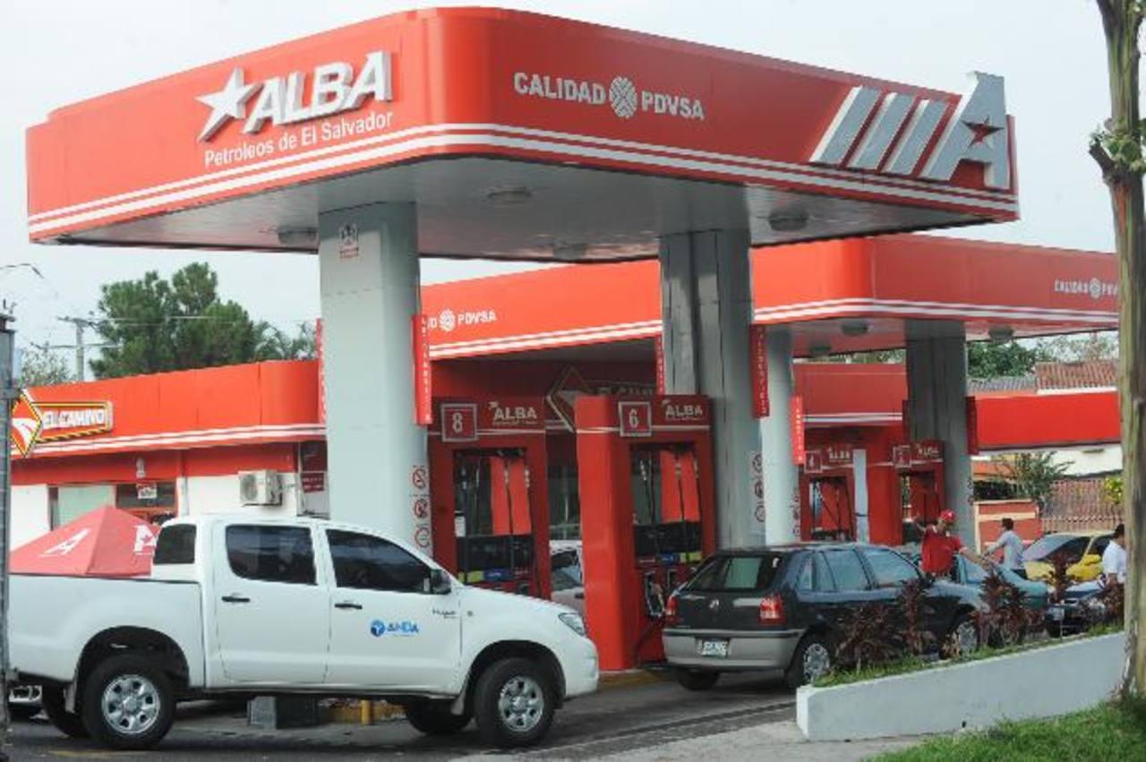 Las estaciones de combustible de Alba son parte de los negocios del conglomerado. Foto EDH