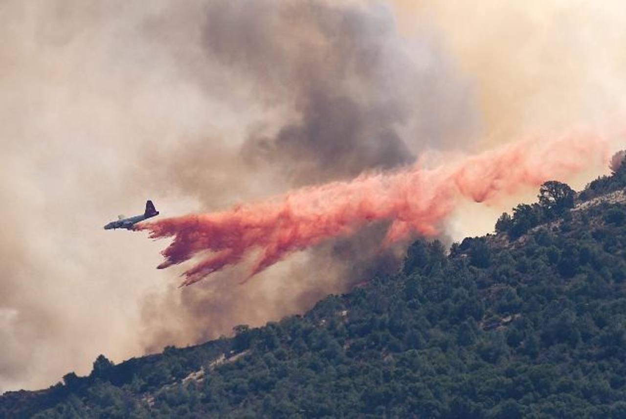 Una avioneta de los bomberos arrojan líquido retardante sobre el Parque Estatal Monte Diablo. Foto/ AP