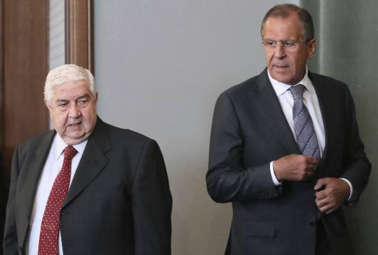 El ministro de Asuntos Exteriores sirio, Walid Muallem (izquierda) y homólogo ruso, Sergey Lavrov antes de hablar ante los medios ayer. foto edh / EFE