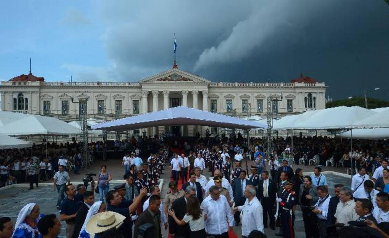 En la inauguración del mes cívico participaron los presidentes de los tres poderes del estado, funcionarios del gobierno e invitados especiales. Fotos edh / mario amaya