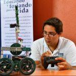 Los alumnos del Colegio Los Robles presentaron un robot que puede tomar entre sus tenazas cualquier tipo de objeto y desplazarse en cualquier terreno. Fotos EDH / César avilés