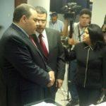 El expresidente Antonio Saca llegó hoy a los tribunales de San Salvador Le acompaña su abogado Manuel Chacón Castillo. FOTO EDH Douglas Urquilla, vía Twitter.
