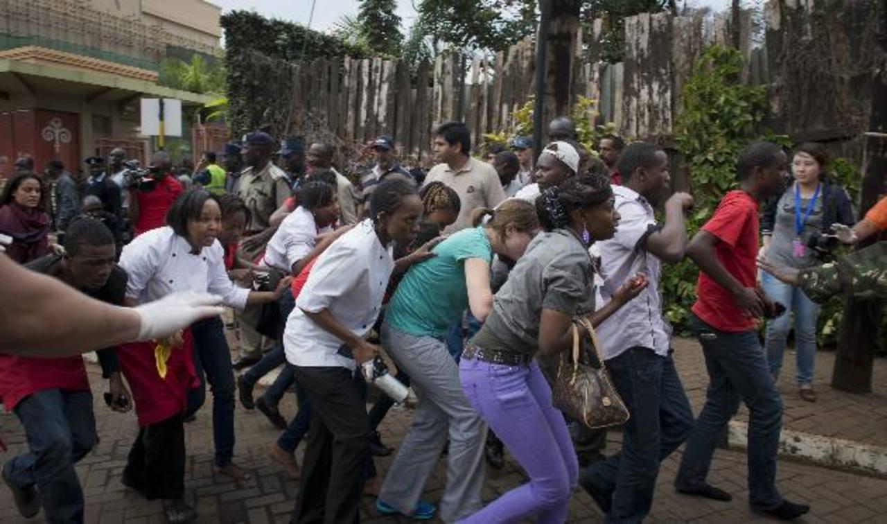 Varias personas huyen tras el ataque perpetrado en un centro comercial en Kenia. Foto/ AP