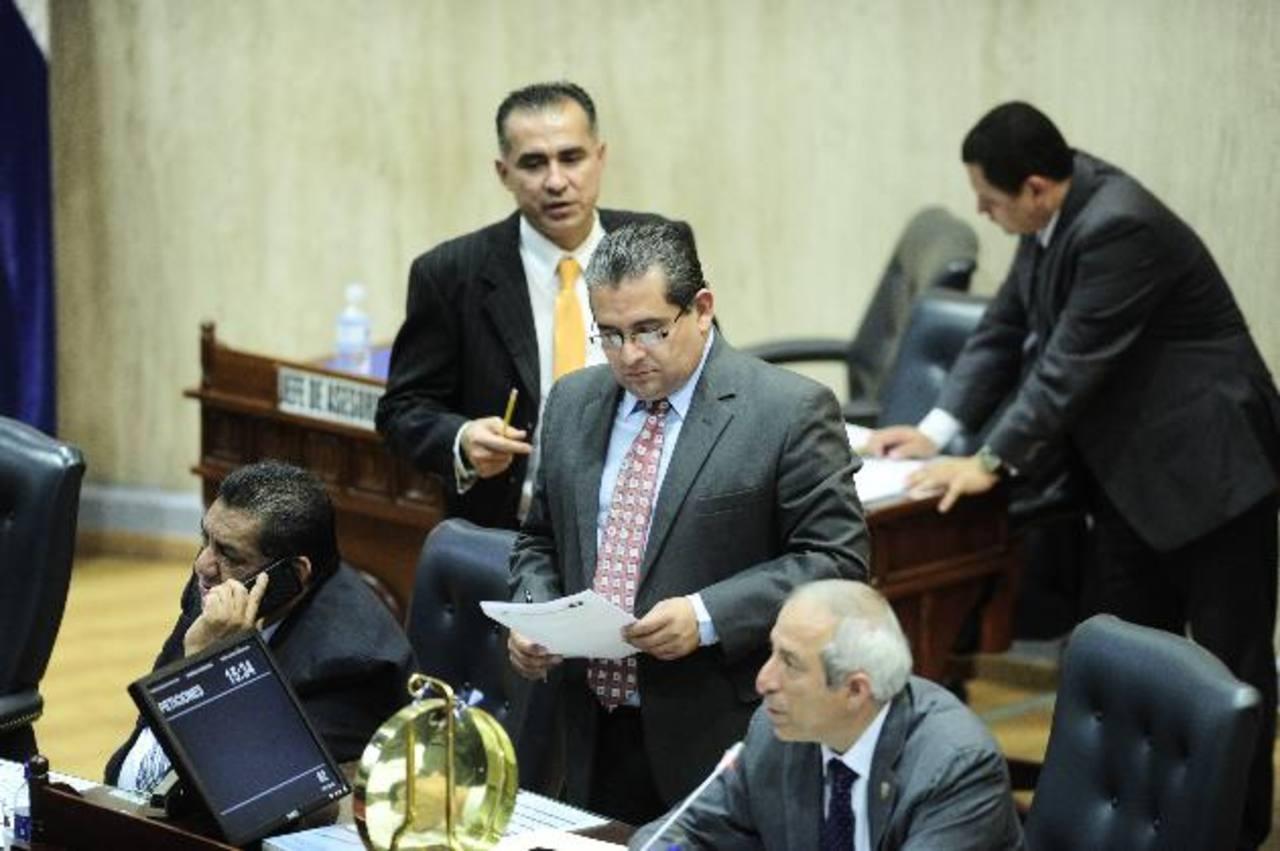 El presidente de la Asamblea, Sigfrido Reyes, (der.) deberá comparecer ante el IAIP el 13 de septiembre. Foto EDH /archivo